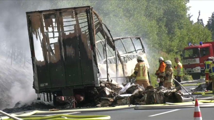 La policía alemana recupera 11 muertos del autobús calcinado