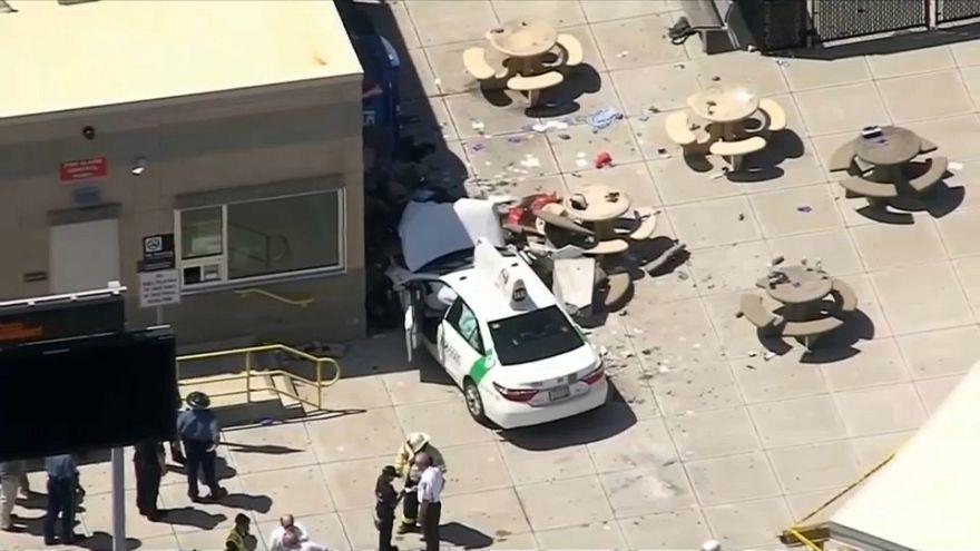 عدد من المصابين جراء صدم سيارةِ أجرة لمشاةٍ قرب مطار بوسطن
