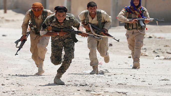 Las Fuerzas Sirias Democráticas abren varias brechas en el muro del casco antiguo de Al Raqa