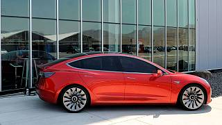 A Tesla Model 3 nyugaton már elérhető autó