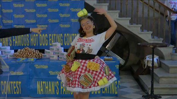 """فيديو: محبي آكل النقانق يتنافسون في مسابقة """"ناثان"""" السنوية بالولايات المتحدة"""