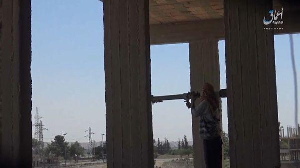 فيديو: مقاتلو داعش يستميتون في الدفاع عن معقلهم في الرقة