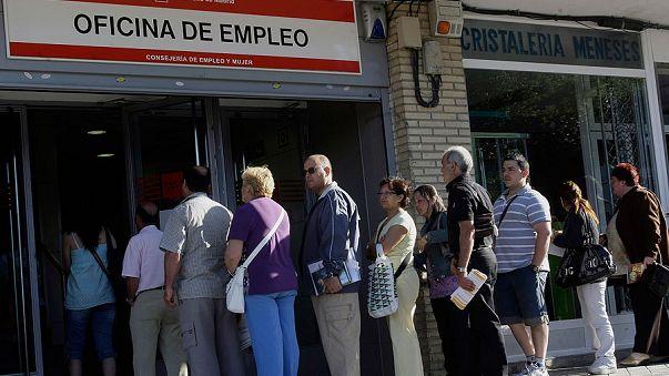 El paro baja casi en cien mil personas en España