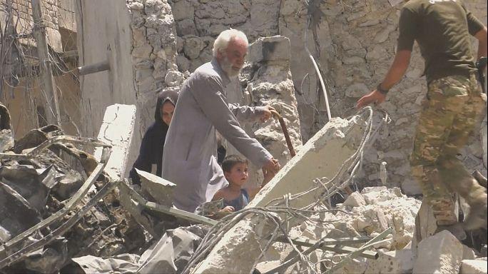 Мирные жители покидают развалины Мосула