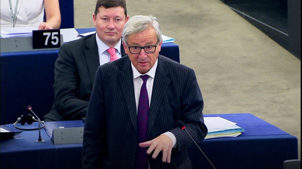 """Juncker si scaglia contro gli eurodeputati in un emiciclo quasi vuoto: """"siete ridicoli"""""""