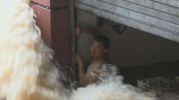 Наводнение в Китае: спасение утопающего
