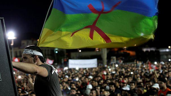 العاهل المغربي يأمر بسحب قوات الامن من وسط مدينة الحسيمة