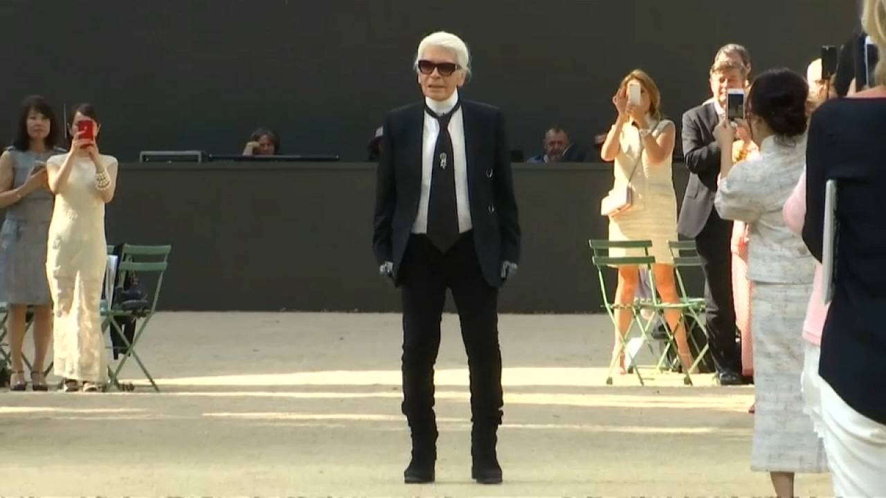 Moda: Lagerfeld premiato a Parigi e la scenografia sono le arcate posticce della Tour Eiffel