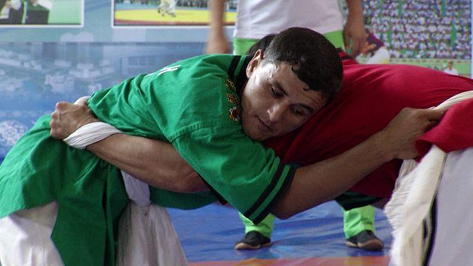 Goresh, il wrestling con le cinture. Una tradizione del Turkmenistan