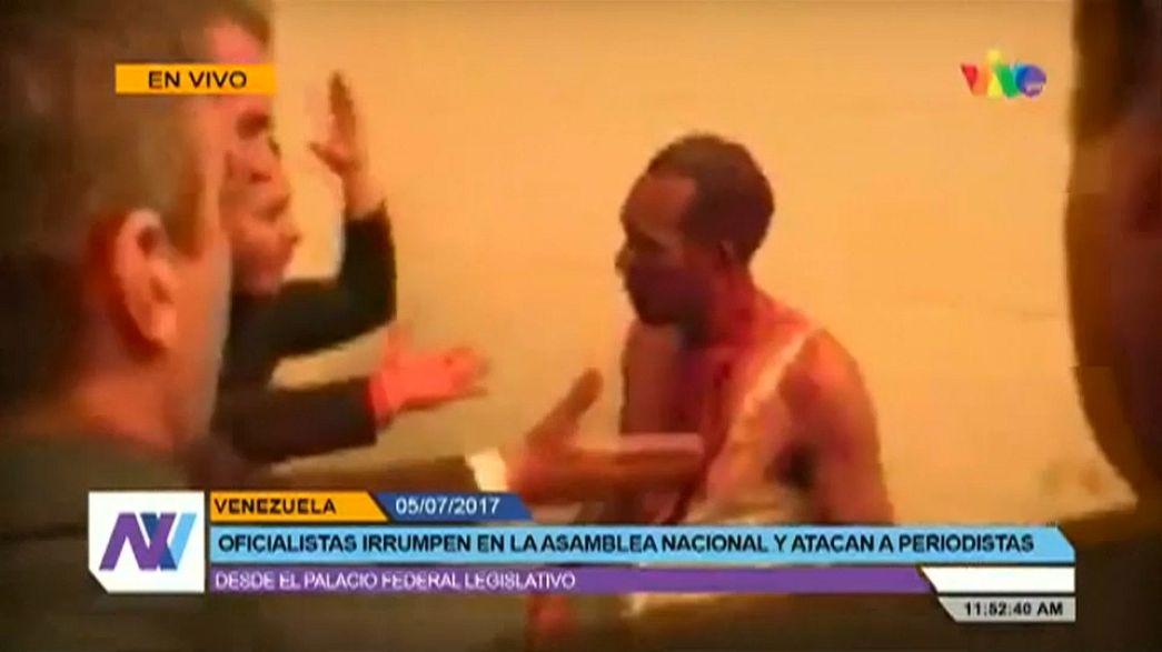 Verőlegények hatoltak be a venezuelai parlamentbe