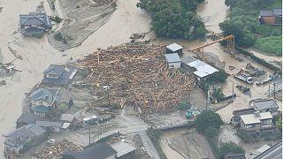 400 000 японцев покинули дома из-за дождей