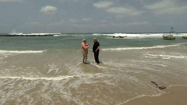 مودي حافي القدمين ونتانياهو على شاطئ البحر