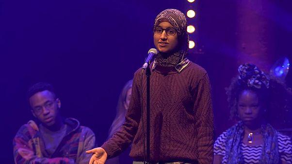 شاعرة بريطانية مسلمة تبعث برسالة تحدٍّ