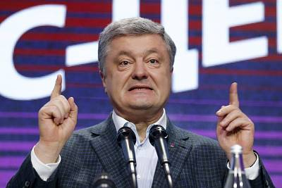 Petro Poroshenko speaks at his headquarters on Sunday.
