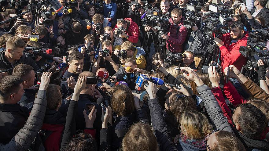 Image: Ukrainian comedian and presidential candidate Volodymyr Zelenskiy, l