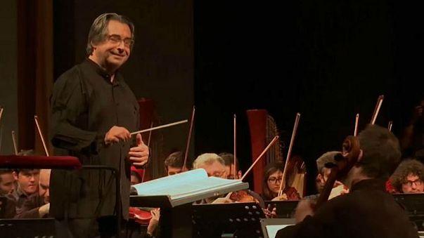 Ο Ρικάρντο Μούτι διευθύνει την συμφωνική ορχήστρα της Τεχεράνης