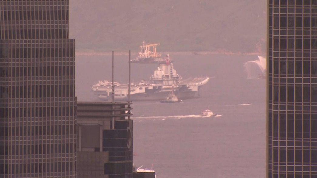 Hong Kong: arriva per la prima volta una portaerei cinese