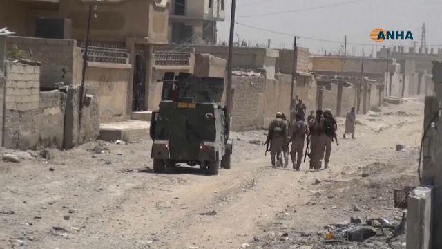 الرقة تحت صواريخ التحالف وقسد وفوق ألغام داعش