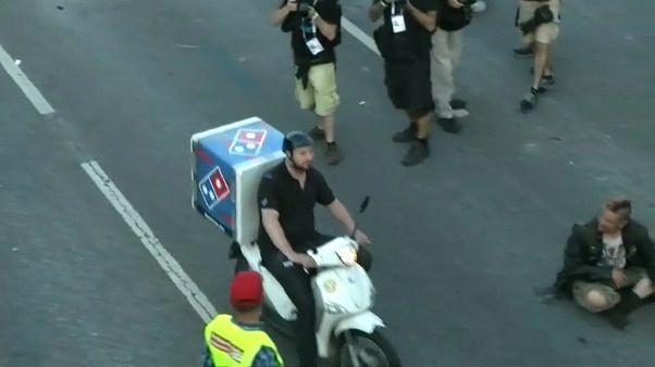 Αμβούργο: Διαδηλωτές, αστυνομία, G20  και ο... ντελιβεράς! - BINTEO