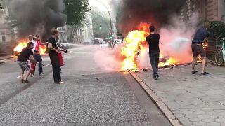 Hamburg'da otomobiller ateşe verildi