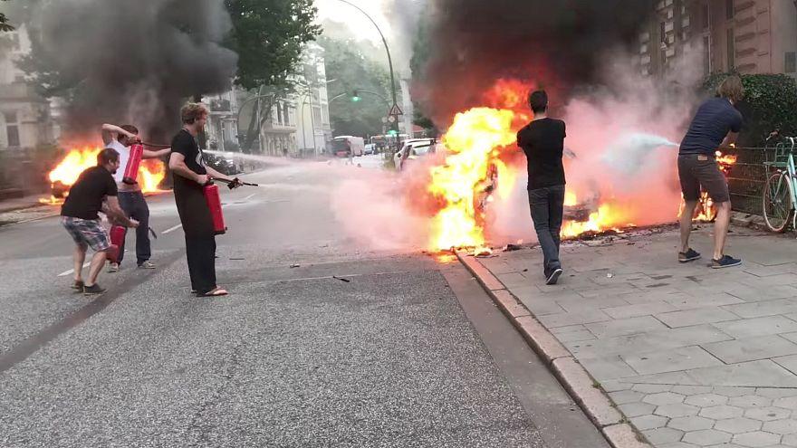Le G20 commence, les voitures brûlent