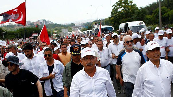 Szimbolikusan börtönhöz tart a kormányellenes menet Törökországban