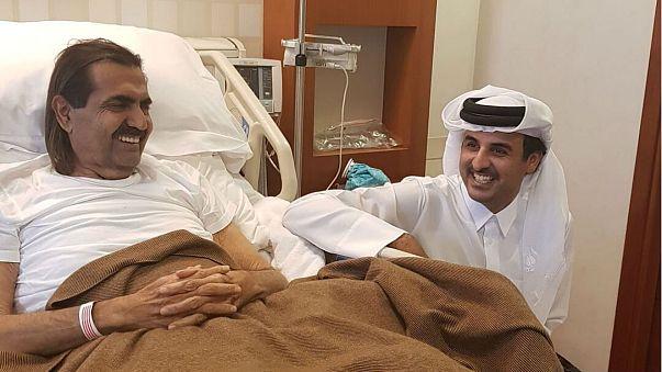 الأمير تميم يزور والده في المستشفى