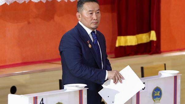 Présidentielle en Mongolie : un ex-lutteur en tête