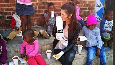 Afrique du Sud : la miss crée la polémique en portant des gants pour nourrir des orphelins noirs