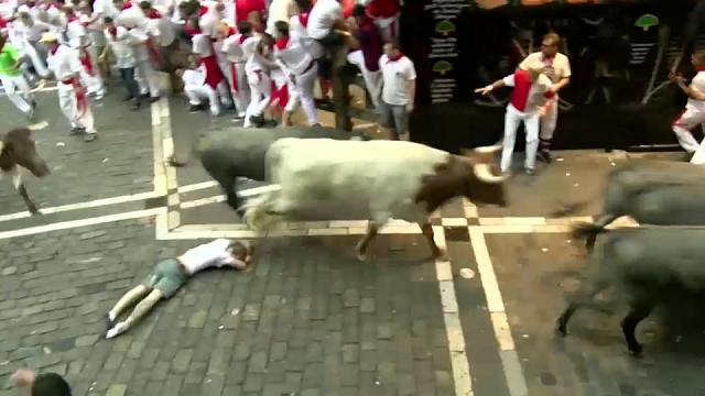 Man tossed and dragged by bulls in Pamplona