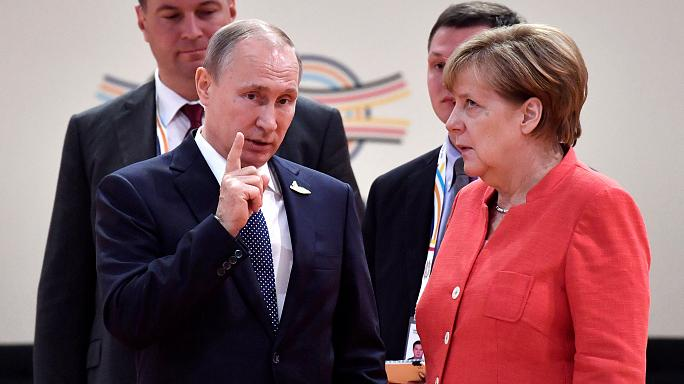 Internet-Hype: Merkels Augenrollen - oder Putins Zaubertrick?