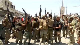 Mosul, i soldati iracheni festeggiano ma l'Isis resiste