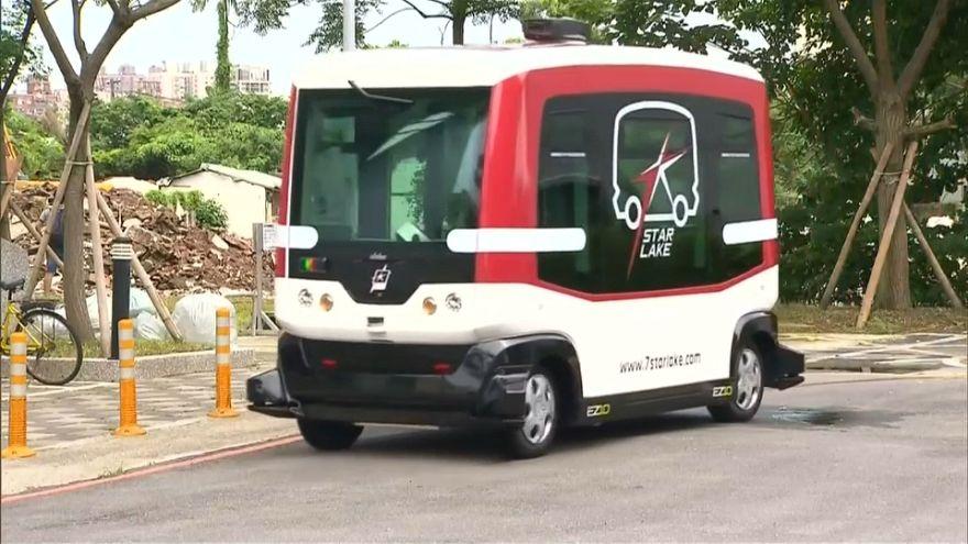 بالفيديو: حافلة بدون سائق تستشعر وجود المشاة والمركبات في الطريق