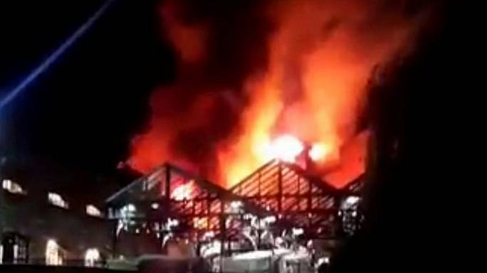 Fogo destrói mercado londrino de Camden