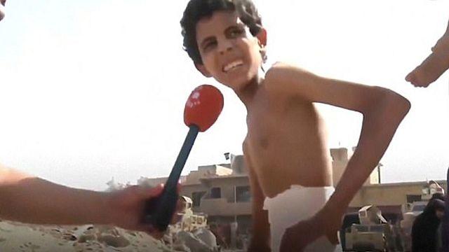 طفل مصاب يخرج من تحت أنقاض الموصل