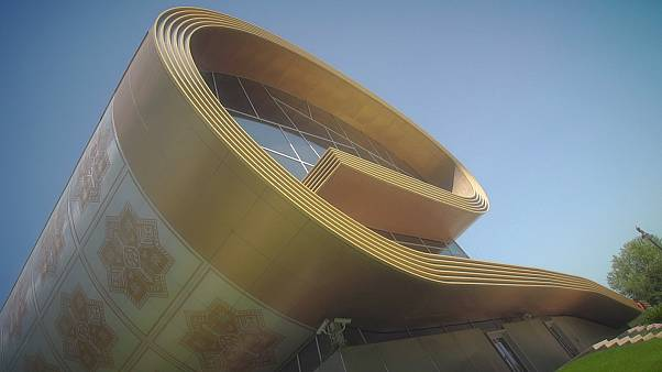 O Carpet Museum estende o tapete em Baku