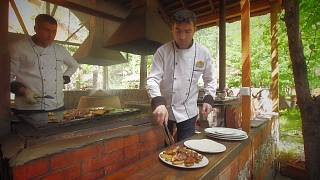 Degustar um kebab em plena floresta