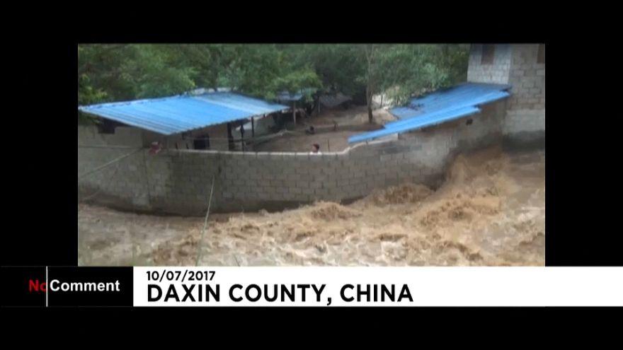 Rescate de dos hombres en las inundaciones del sur de China