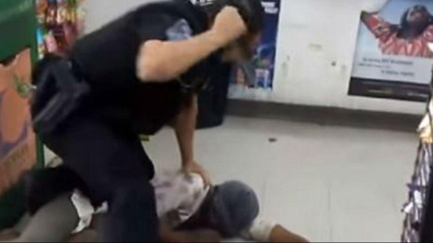 شاهد.. شرطي أمريكي ينهال على إمرأة إفريقية بالضرب المبرح