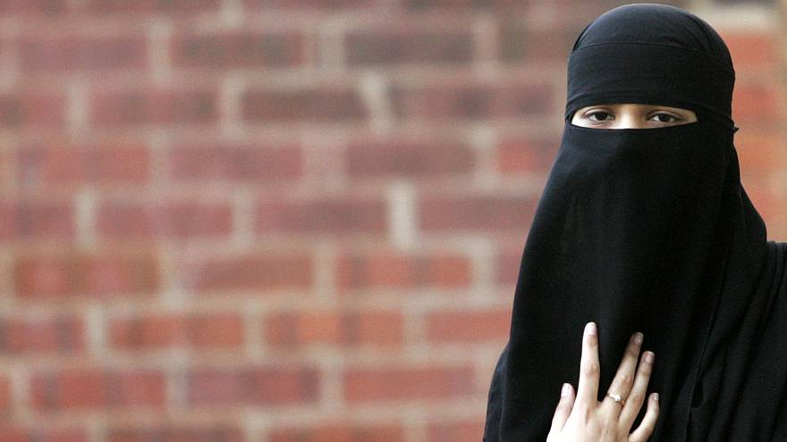 Бельгийцы высказываются за и против ношения никаба