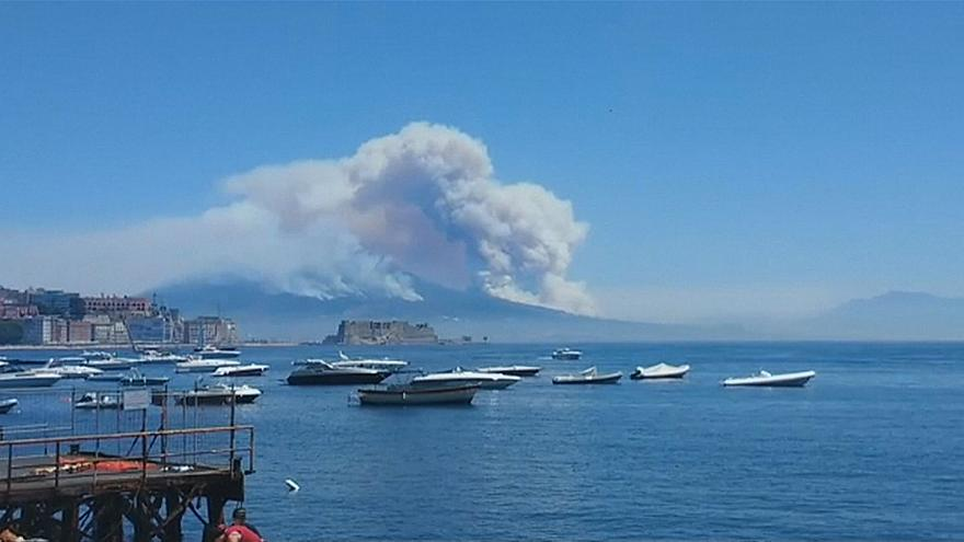 Il Vesuvio avvolto dalle fiamme