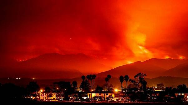 Incêndio obriga famílias a fugir de casa na Califórnia