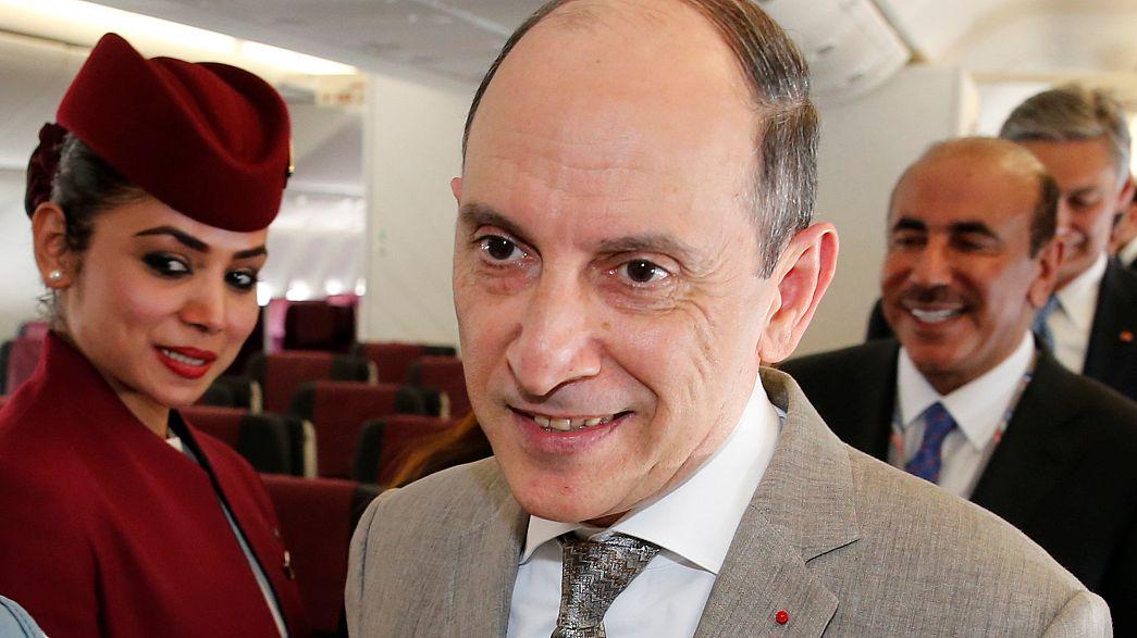 """رئيس الخطوط الجوية القطرية يعتذر لنعته المضيفيات الأميركيات بـ """"المسنات"""""""