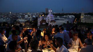 حزب اسباني يطالب بمنع الخمور على متن الطائرات وفي المطارات