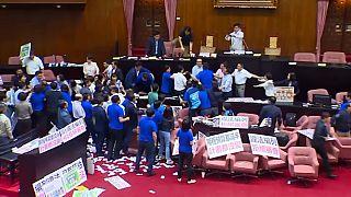 تايوان: اشتباكات بالايدي والكراسي بين النواب
