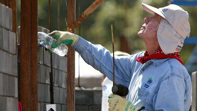 الرئيس جيمي كارتر يعمل تحت الشمس لبناء منازل للفقراء رغم سنواته التسعين ومرضه