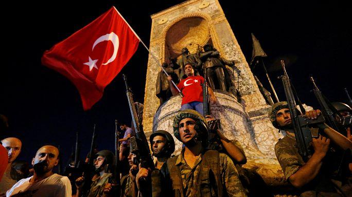 Turquía conmemora el fallido golpe de Estado con 7300 despidos