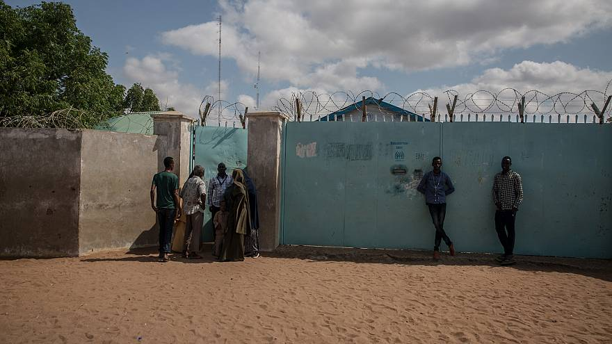 Image: Refugees crowd around a UNHCR field office in the Dadaab refugee cam