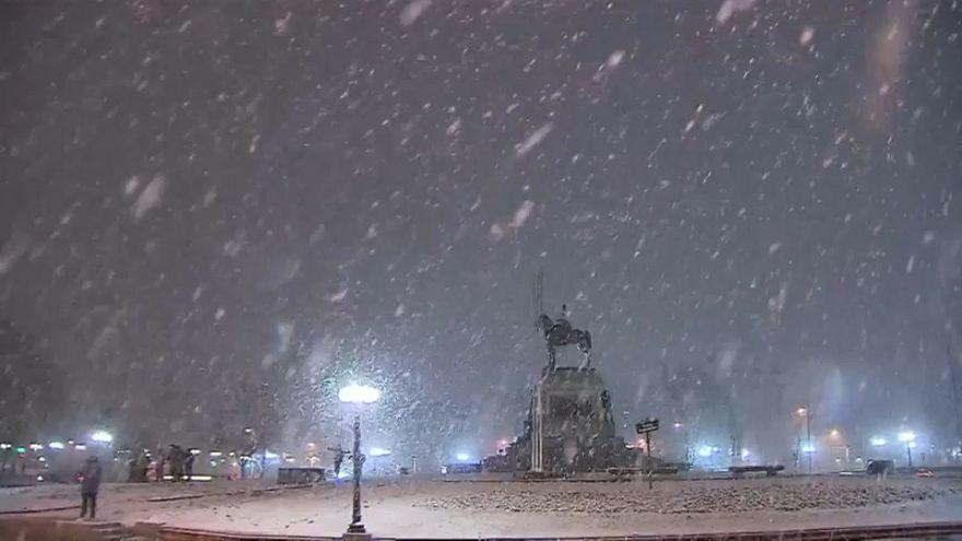 سانتياغو عاصمة تشيلي تكتسي حلة بيضاء