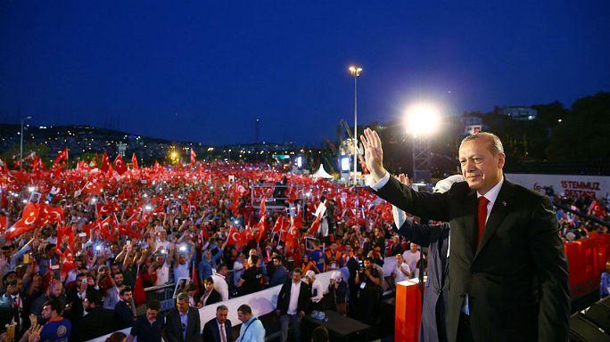 Tömegdemonstráció a tavalyi puccskísérlet emlékére Törökországban